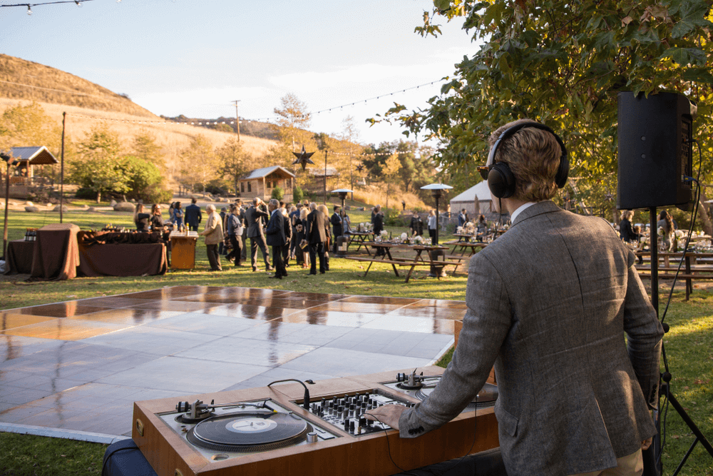 How to DJ a Wedding – 6 Essential Secrets To Be A Great DJ